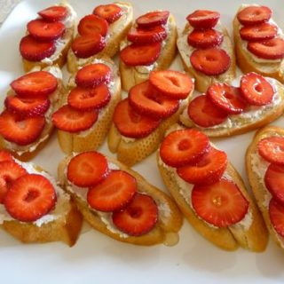Crostini with Goat Cheese, Strawberries and Mint