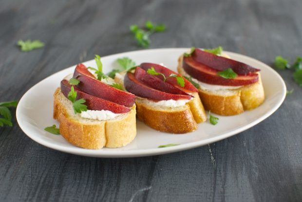 Crostini with Nectarines and Goat Cheese